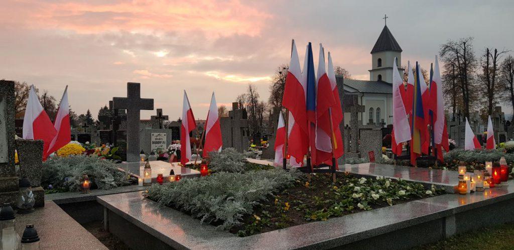 miejsce pamięci narodowej na cmętarzu podczas obchodu dnia niepodległości