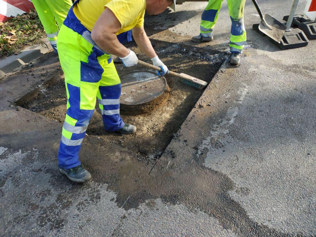 pracownicy MPGKiM naprawiają nawierzchnię