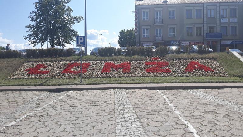 napis Łomża ułożony z kwiatów na placu Niepodległości
