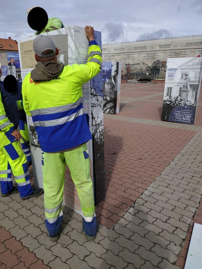 pracownicy montują wystawę IPN na starym rynku