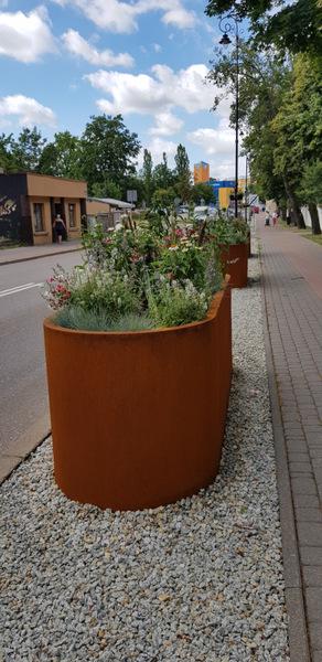 kwiaty w donicach na ulicy Giełczyńskiej