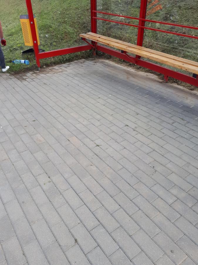 oczyszczona nawierzchnia przy przystanku autobusowym
