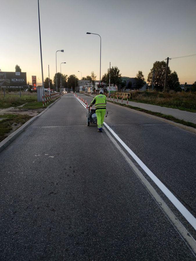 malowanie białej linii przebiegającej przez środek jezdni