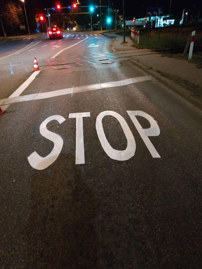 gotowy znak STOP przed przejazdem kolejowym