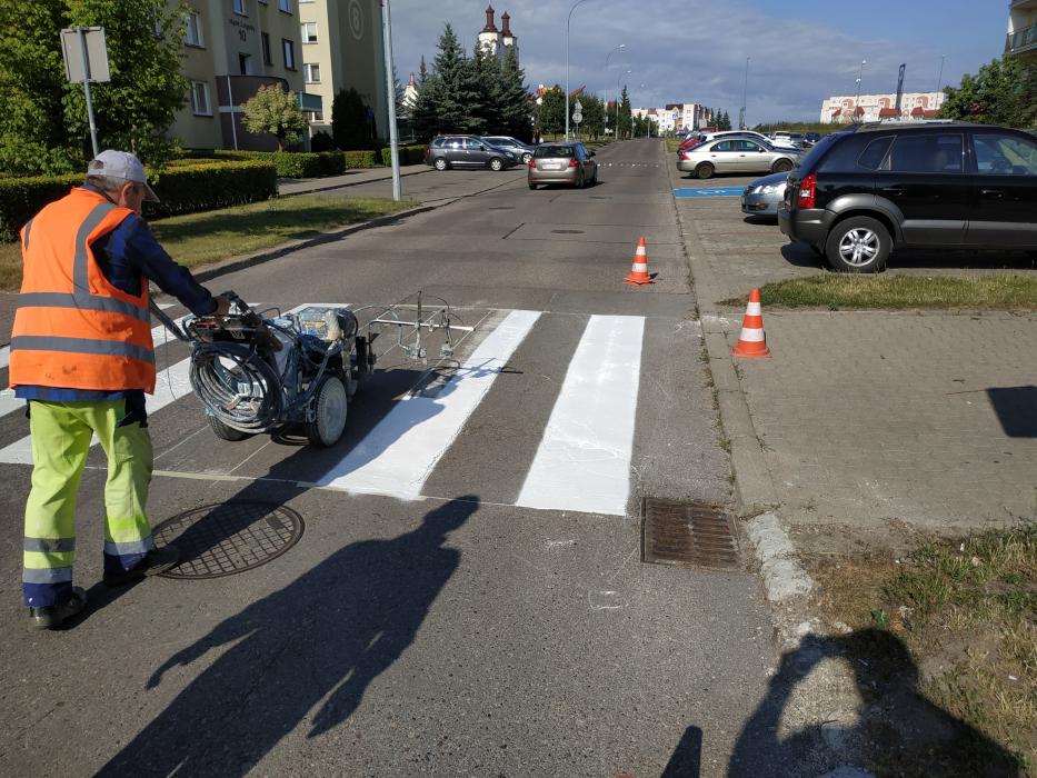 pracownik MPGKiM maluje pasy dla pieszych