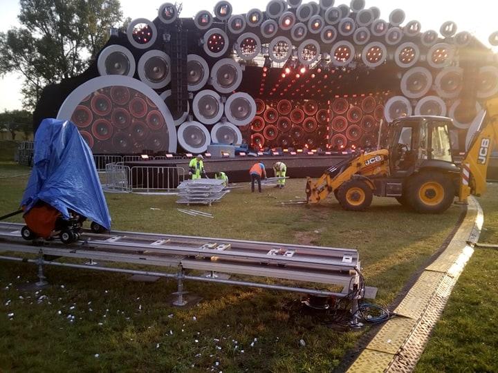 pracownicy zabezpieczają scenę przed koncertem