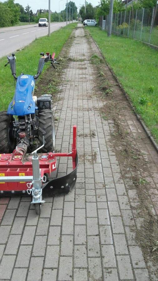 czyszczenie chodnika z trawy specjalistycznym narzędziem