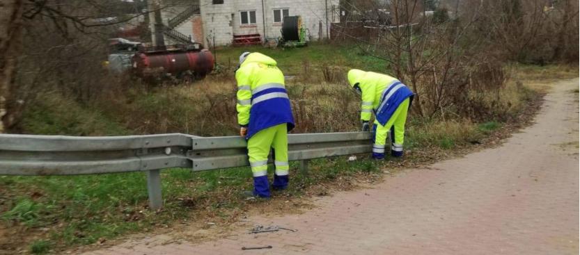 mężczyźni naprawiają barierę energochłonnej