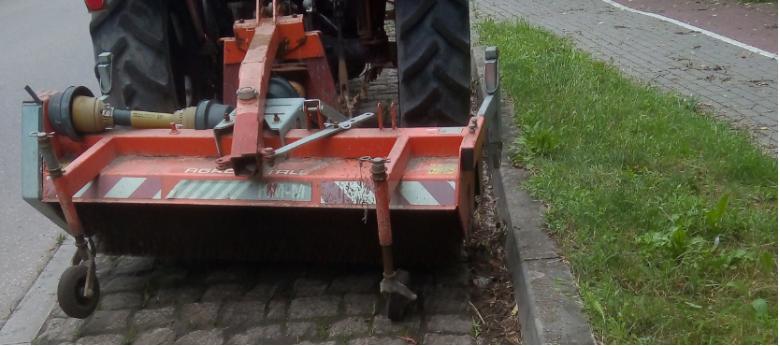 Prace polegające na oczyszczaniu nawierzchni chodników z porastających zanieczyszczeń