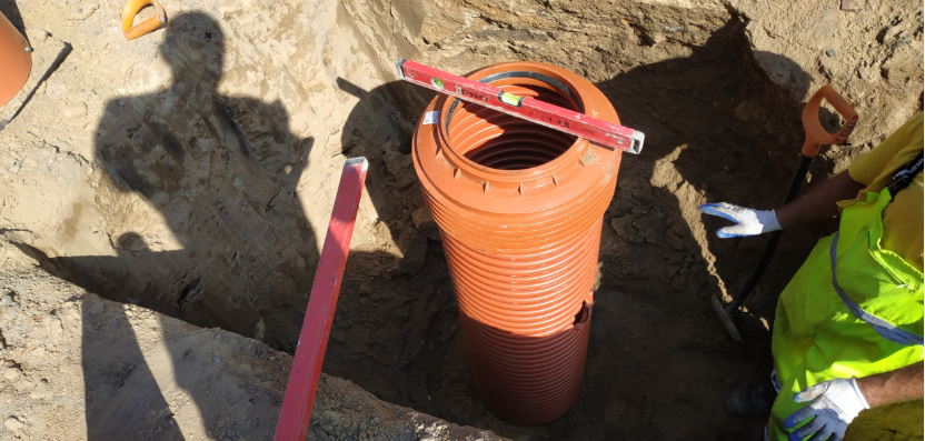 pomarańczowa rura od kanalizacji deszczowej zakopana w ziemi