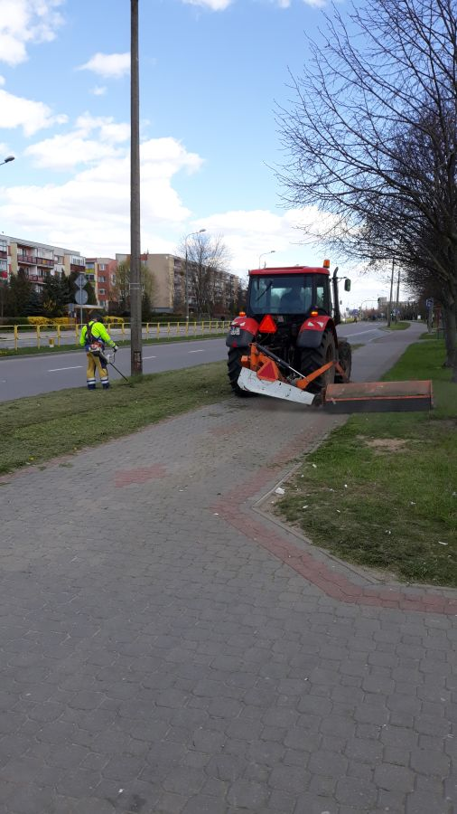 koszenie trawy kosiarkę podczepioną do traktora