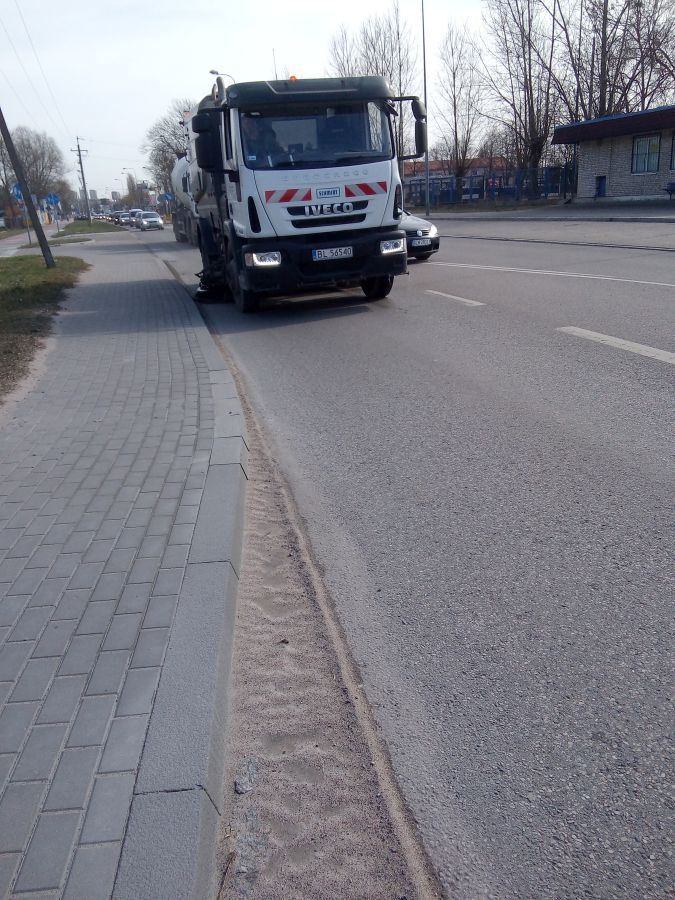 mechaniczne zamiatanie ulicy