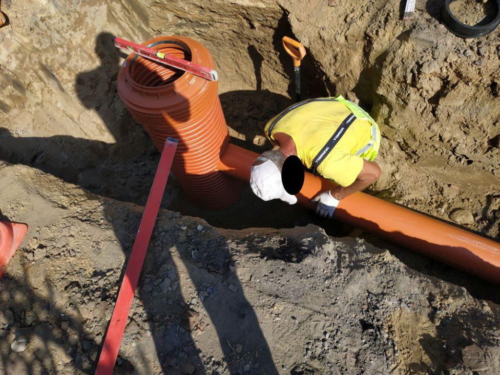 montaż rury do kanalizacji deszczowej