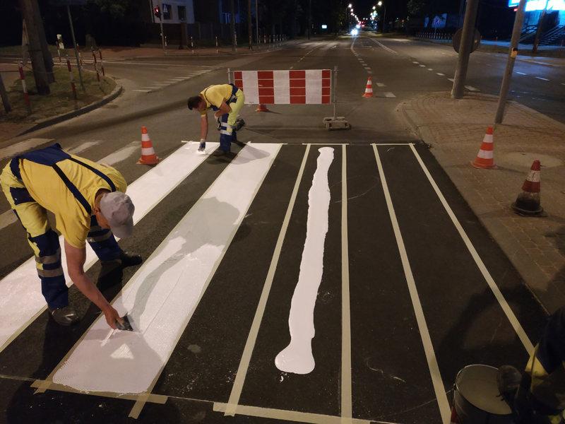 nocne prace związane z renowacją oznakowania poziomego
