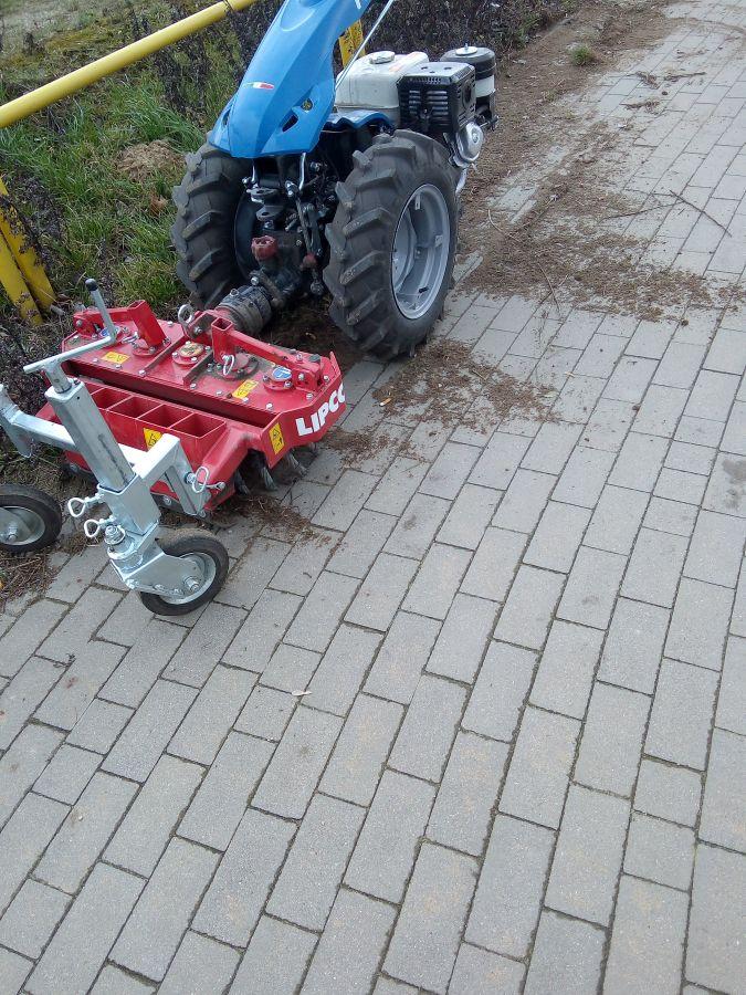 oczyszczanie chodnika odchwaszczarką