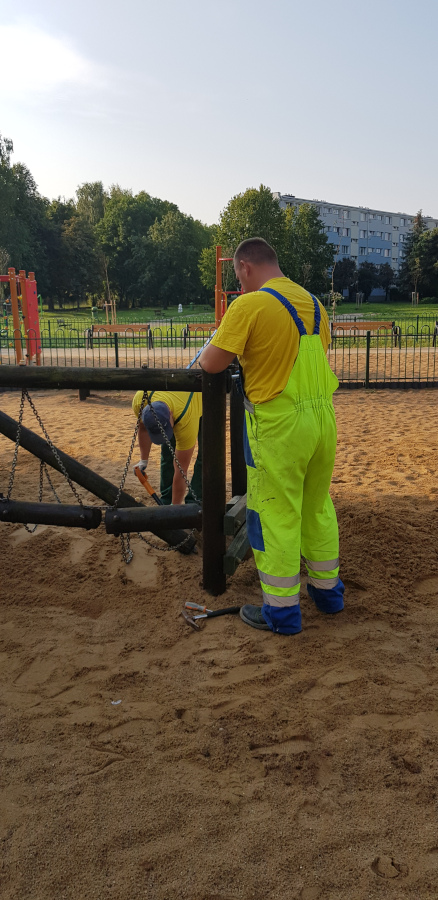 pracownicy MPGKiM prowadzą prace naprawcze na placu zabaw