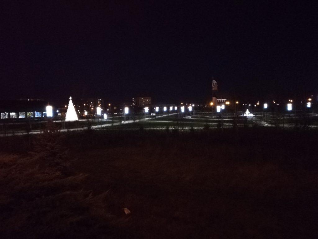 widok nocą na park Jana Pawła II