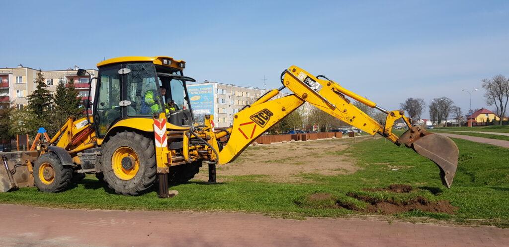 przygotowanie terenu koparką pod nasadzenia drzew