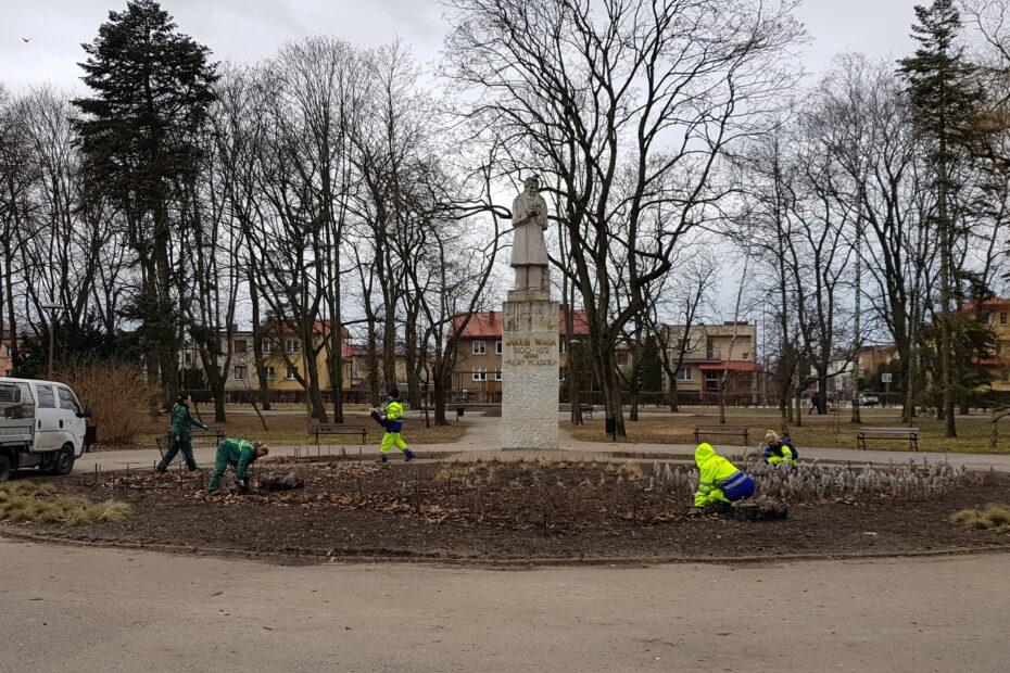 Prace porządkowe w parku